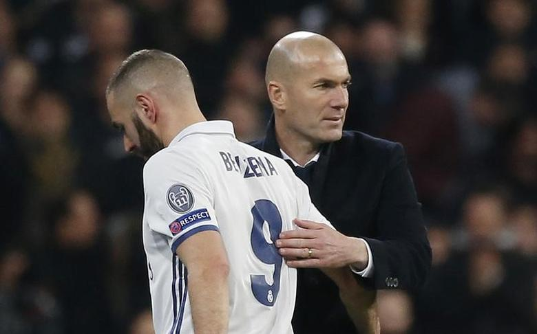 Football Soccer - Real Madrid v Napoli - UEFA Champions League Round of 16 First Leg - Estadio Santiago Bernabeu, Madrid, Spain - 15/2/17 Real Madrid's Karim Benzema with Real Madrid coach Zinedine Zidane after he is substituted Reuters / Susana Vera Livepic