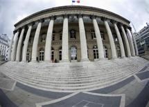 Le palais Brongniart, ancien siège de la Bourse de Paris. Les Bourses européennes sont en repli jeudi à mi-séance et marquent une pause après une séquence dynamique dans le sillage de Wall Street, qui enchaîne les records. À Paris, le CAC 40 perd 0,42% vers 12h15 GMT. À Francfort, le Dax cède 0,21% et à Londres, le FTSE recule de 0,52%. /Photo d'archives/REUTERS/Charles Platiau