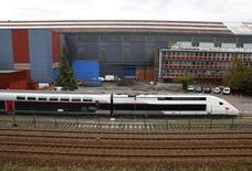 La SNCF a annoncé jeudi qu'elle prendrait à sa charge l'achat des 15 TGV décidé par l'Etat français en octobre pour sauver le site Alstom de Belfort (photo). /Photo prise le 16 septembre 2016/REUTERS/Jacky Naegelen
