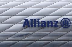 Allianz, le numéro un européen de l'assurance, a publié jeudi des résultats meilleurs que prévu pour le quatrième trimestre et proposé un programme de rachat d'actions d'un montant de trois milliards d'euros, tout en ajustant sa politique de dividende en vue de possibles acquisitions. /Photo d'archives/REUTERS/Michaela Rehle