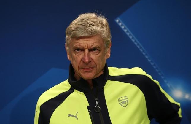 2月16日、サッカーのイングランド・プレミアリーグ、アーセナルのアーセン・ベンゲル監督が、契約延長のオファーに応じるか、20年間監督を務めたクラブを離れるかは、「3月か4月」に決定されると語った。14日撮影(2017年 ロイター)