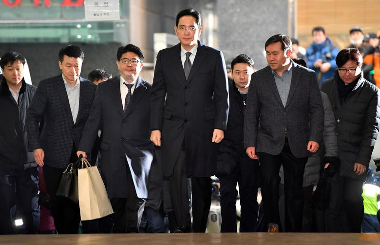 Lee Jae-yong (C), vice chairman of Samsung Electronics, arrives to be questioned as a suspect in a corruption scandal that led to the impeachment of President Park Geun-Hye, at the office of the independent counsel in Seoul. REUTERS/Jung Yeon-Je/Pool