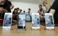 Apple va lancer dans les mois à venir l'assemblage de l'iPhone SE, son smartphone d'entrée de gamme, dans l'usine d'un de ses sous-traitants à Bangalore. /Photo d'archives/REUTERS/Stephen Lam