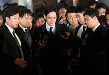 Jay Y. Lee (au centre), numéro un du conglomérat sud-coréen Samsung Group, a été arrêté vendredi pour son implication dans une vaste affaire de trafic d'influence à l'origine de la suspension de la présidente Park Geun-hye.  /Photo prise le 16 février 2017/REUTERS/Shin Wong-soo/News1