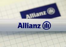 Las bolsas europeas caían el viernes, pero se mantenían camino de acabar el acumulado semanal con ganancias por segunda semana consecutiva, ayudadas por una serie de sólidos resultados como los de Allianz. En la imagen de archivo, el logo de la aseguradora alemana durante una rueda de prensa en Munich, el 19 de febrero de 2016. REUTERS/Michaela Rehle