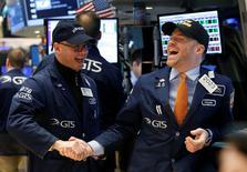 IMAGEN DE ARCHIVO. Operadores celebran haber batido la barrera de los 20.000 puntos por primera vez en su historia, en la Bolsa de Nueva York, Nueva York. 25 de enero 2017. El Promedio Industrial Dow Jones registró el jueves su sexto cierre récord consecutivo, pero con una subida mínima, mientras que el índice S&P 500 cayó arrastrado por el declive del sector energético. REUTERS/Brendan McDermid