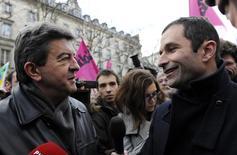 En la imagen de archivo, Jean-Luc Melenchon (izquierda), y Benoit Hamon, covnersan durante una manifestación en París, en 2010. Los dos principales candidatos de la izquierda francesa a las elecciones presidenciales sostienen conversaciones sobre una posible cooperación, una jugada que podría potencialmente permitir a uno de ellos alcanzar la segunda vuelta.  REUTERS/Gonzalo Fuentes