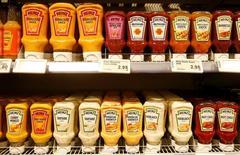 La compañía estadounidense de alimentos Kraft Heinz Co propuso una fusión por 125.000 millones de dólares con Unilever, pero la empresa anglo-holandesa la rechazó, informó Kraft el viernes. En la imagen, varias salsas de Heinz en un supermercado en Zumikon, Suiza, el 13 de diciembre de 2016.  REUTERS/Arnd Wiegmann