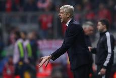 فينجر يوجه لاعبي فريقه أرسنال خلال مباراة امام بايرن ميونيخ بدوري ابطال اوروبا لكرة القدم يوم الخميس. تصوير: مايكل دالدر - رويترز.