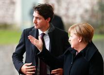 Alemania hará todo lo que pueda para asegurar que las plantas y empleos de Opel se queden en el país si el fabricante de Peugeot, PSA, compra el negocio de General Motors (GM), dijo el viernes la canciller Angela Merkel, subrayando los retos políticos que los fabricantes afrontan para sellar un acuerdo.  En la imagen, Merkel recibe al primer minsitro canadiense, Justin Trudeau, en la cancillería en Berlín, el 17 de febrero de  2017.  REUTERS/Hannibal Hanschke