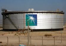 شعار أرامكو على صهريج نفط في مدينة الدمام بالسعودية - صورة من أرشيف رويترز.