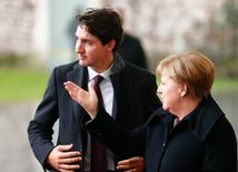 En la imagen, Merkel recibe al primer minsitro canadiense, Justin Trudeau, en la cancillería en Berlín, el 17 de febrero de  2017.Alemania hará todo lo que pueda para asegurar que las plantas y empleos de Opel se queden en el país si el fabricante de Peugeot, PSA, compra el negocio de General Motors (GM), dijo el viernes la canciller Angela Merkel, subrayando los retos políticos que los fabricantes afrontan para sellar un acuerdo.    REUTERS/Hannibal Hanschke