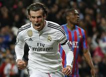 Gareth Bale podría jugar por primera vez desde noviembre este sábado, cuando el Real Madrid reciba al Espanyol en La Liga, dijo el viernes el entrenador Zinedine Zidane. En la imagen de archivo, Bale celebra un gol contra el Levante durante un partido de la Liga en el estadio Santiago Bernabeu en Madrid, el 15 de marzo de 2015. REUTERS/Andrea Comas.