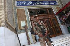 جندي يحرس مدخل مزار لال شهباز قلندر الصوفي في إقليم السند في باكستان يوم الجمعة بعد التفجير الانتحاري الذي استهدفه - رويترز.