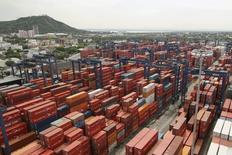 Vista panorámica del puerto colombiano de Cartagena, mayo 14, 2012. Colombia redujo su déficit comercial en un 25,8 por ciento en el 2016 frente al año previo, a 11.804 millones de dólares, debido principalmente a una caída de las importaciones por la desaceleración de la economía, revelaron el viernes cifras del Departamento Nacional de Estadísticas (DANE).  REUTERS/Joaquin Sarmiento