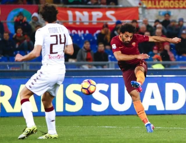 نابولي وروما يحافظان على آمالهما الضعيفة في اللقب بانتصارين