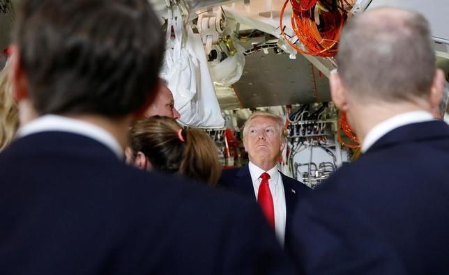 2月19日、WSJ紙によると、トランプ米大統領は、米国の貿易統計ついて、通商協定再交渉に向けた政治的議論を高めるような算出方法の採用を検討している。サウスカロライナ州で17日撮影(2017年 ロイター/Kevin Lamarque)