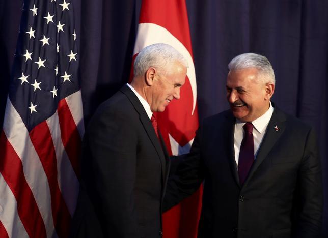 2月19日、ペンス米副大統領(左)とトルコのユルドゥルム首相(右)が両国関係の改善について協議したと、トルコ首相府の関係筋が明らかにした。写真は第53回ミュンヘン国際安全保障会議で18日撮影。(2017年 ロイター/Michael Dalder)