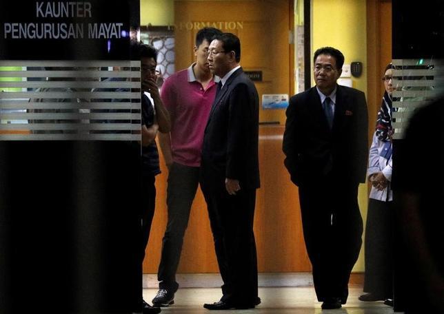 2月20日、マレーシア外務省は20日、クアラルンプールで起きた金正男氏の殺害事件の捜査手法を北朝鮮側が非難したことを巡り、カン・チョル駐マレーシア北朝鮮大使(写真中央)に抗議した。写真は15日に撮影された金正男氏の遺体があるクアラルンプールの病院から立ち去るカン・チョル氏。(2017年 ロイター/Edgar Su)