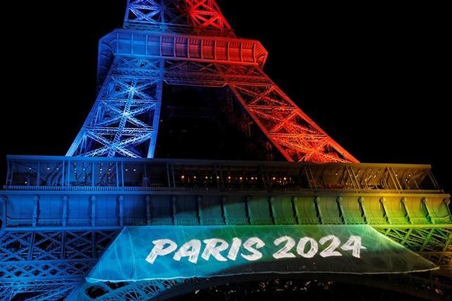 2月17日、フランスのオリンピック委員会が2024年の五輪招致を支援する標語に英語を使用したとしてフランス語擁護派が憤慨、さまざまな議論が起きている。写真はエッフェル塔で3日撮影(2017年 ロイター/Benoit Tessier)