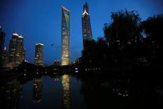 Vue sur Shanghai. Si les acquisitions chinoises à l'étranger ralentissent après deux années record, Pékin cherchant à limiter les sorties de capitaux, les investissements étrangers dans des entreprises en Chine sont en revanche en pleine expansion et devraient continuer de croître avec l'assouplissement des règles ouvrant l'accès au gigantesque marché chinois de la grande consommation. /Photo d'archives/REUTERS/Aly Song