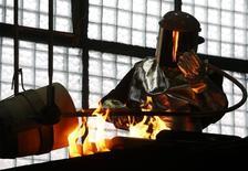 Рабочий льет золото в слитки на Приокском заводе цветных металлов в г. Касимов Рязанской области. 14 февраля 2017 года. Динамика промышленного производства в РФ, в частности данные Росстата о росте за январь и пересмотренные показатели за два года, указывают на ускорение темпов выхода экономики страны из рецессии, хотя состояние различных отраслей промышленности по-прежнему неоднородное, считают экономисты. REUTERS/Sergei Karpukhin