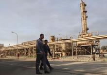 Trabajadores caminan fuera de la compañía de petróleo en el norte de Kirkuk, Irak. 2 de febrero 2015. Irak e Irán firmaron un memorando de entendimiento el lunes para estudiar la construcción de un oleoducto con el fin de exportar crudo desde los yacimientos de Kirkuk, en el norte del territorio iraquí, vía Irán, informó el Ministerio de Petróleo iraquí en un comunicado. REUTERS/Ako Rasheed (IRAQ - Tags: ENERGY BUSINESS) - RTR4NWZ3