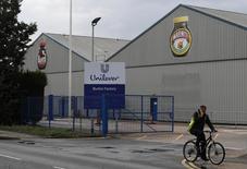 L'abandon rapide par Kraft Heinz de son offre surprise de rachat d'Unilever pour 143 milliards de dollars fait chuter lundi le cours de Bourse du géant des produits de grande consommation. Malgré un recul de près de 7% ce lundi, le titre Unilever continue ainsi d'afficher un gain de plus de 5%, aussi bien à Londres qu'à Amsterdam, depuis l'offre de Kraft Heinz. /Photo d'archives/REUTERS/Darren Staples