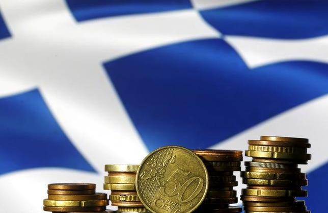 2月20日、ユーロ圏財務相会合のデイセルブルム議長は、ギリシャ支援策の改革案をめぐる協議を再開することで合意したと発表。写真は2015年6月、ギリシャ国旗とユーロの硬貨を撮影(2017年 ロイター/Dado Ruvic/File Photo)