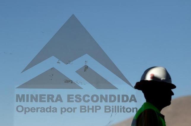 2月20日、世界最大の銅鉱山、チリのエスコンディーダ鉱山でストライキが続いている問題で、政府の仲介した労使交渉が決裂した。写真はアントファガスタで10日撮影(2017年 ロイター/Juan Ricardo)