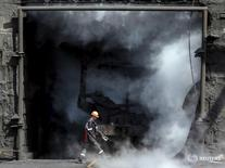 Рабочий на коксохимическом заводе в Авдеевке под Донецком 23 июня 2015 года. Крупнейший на Украине производитель металла и горнорудной продукции холдинг Метинвест, подконтрольный Ринату Ахметову, сообщил об остановке ряда своих предприятий в зоне вооруженного конфликта на востоке страны. REUTERS/Gleb Garanich