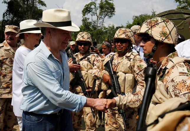 2月20日、コロンビアのサントス大統領(写真手前左)は、同国最大の左翼ゲリラ組織、コロンビア革命軍(FARC)の構成員約7000人が国内に設置された武装解除区に到着し、国連への武器引き渡しが開始できる段階に達したと述べた。写真は同日コロンビア南部プトゥマヨ県のコロンビア革命軍集結地で撮影(2017年 ロイター/Jaime Saldarriaga)