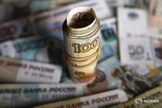 Рублевые купюры в Варшаве 22 января 2016 года. Рубль потерял утреннее преимущество к повсеместно растущему  доллару, но торгуется в плюсе против евро, в его пользу недельные максимумы нефти и предстоящий пик налоговых выплат, против - покупки валюты Минфином РФ и опасения новых мер правительства для защиты от чрезмерного укрепления рубля. REUTERS/Kacper Pempel