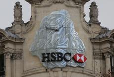 HSBC Holdings, la première banque européenne par les actifs, a annoncé mardi un bénéfice imposable en baisse de 62% au titre de 2016, sous le coup de charges de dépréciation inattendues, et a dit craindre un ralentissement de la croissance de son produit net bancaire. /Photo prise le 6 février 2017/REUTERS/Jacky Naegelen