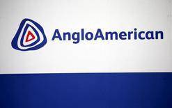 El logo de Anglo American es visto en Rutenburgo, Alemania. 5 de octubre 2015. Anglo American reportó el martes un aumento de un 25 por ciento en su ganancia anual antes de intereses, impuestos, depreciación y amortización (EBITDA) y una reducción de un 34 por ciento en su deuda neta, y dijo que reanudará el pago de dividendos para fines del 2017.REUTERS/Siphiwe Sibeko/File Photo