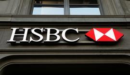 HSBC a réduit son enveloppe de primes de 12% au titre de 2016, à 3 milliards de dollars (2,85 milliards d'euros) pour refléter la baisse de ses bénéfices, lit-on dans le rapport annuel de la banque britannique publié mardi. /Photo d'archives/REUTERS/Arnd Wiegmann