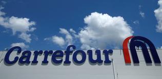 Force ouvrière, premier syndicat de Carrefour, s'est invité mardi dans le débat sur la succession du PDG du distributeur avec une lettre adressée à Bernard Arnault, PDG de LVMH et deuxième actionnaire du groupe. /Photo d'archives/REUTERS/David Mdzinarishvili