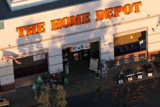 Магазин Home Depot в Лонг-Бич, Калифорния 8 сентября 2016 года. Home Depot Inc, крупнейшая в мире сеть магазинов по продаже инструментов для ремонта и стройматериалов, отчиталась о превысивших ожидания прибыли и продажах благодаря хорошим показателям жилищного рынка США и объявила о планах провести обратный выкуп акций на сумму $15 миллиардов. REUTERS/Lucy Nicholson
