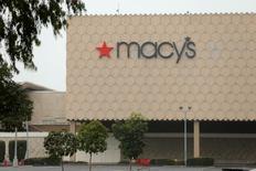 Macy's a annoncé mardi un bénéfice trimestriel supérieur aux attentes, soutenu par la vente de quelques-uns de ses magasins. Le titre du distributeur américain gagnait 3% dans les transactions d'avant-Bourse. Au cours de clôture de vendredi, l'action a perdu plus de 10% depuis l'annonce de ventes moroses en novembre et décembre. /Photo prise le 5 janvier 2017/REUTERS/Mike Blake