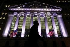 Wall Street a terminé en hausse mardi, et ses trois indices ont inscrit de nouveaux records en séance, portés par les bons résultats trimestriels d'entreprises de la distribution. L'indice Dow Jones a pris 118,06 points (0,57%) à 20.742,11 points. /Photo prise le 7 février 2017/REUTERS/Brendan McDermid