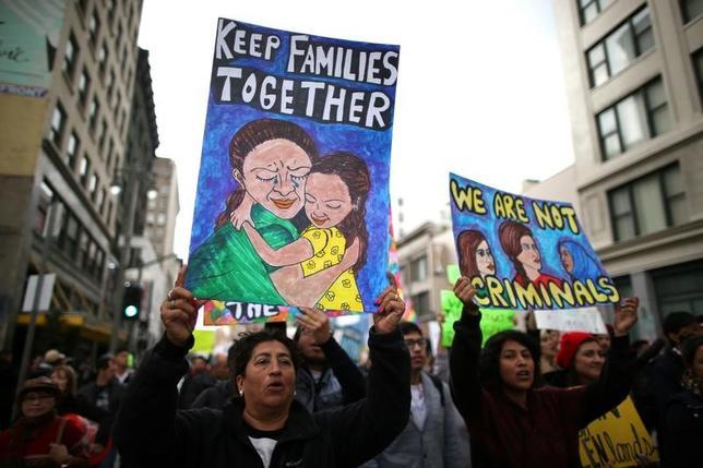 2月21日、トランプ米政権はほぼすべての不法移民を強制送還の対象とするが、幼少の頃、両親に連れられて不法入国した「ドリーマー」については保護措置を維持する方針だ。移民の人権を訴える人々、ロサンゼルスで18日撮影(2017年 ロイター/Lucy Nicholson)