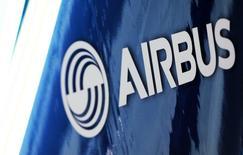 Логотип Airbus. Крупнейший авиаконцерн Европы Airbus отчитался о превысившей прогнозы годовой прибыли, сообщив о списании 1,2 миллиарда евро в связи с проблемами с военно-транспортным самолетом A400M и призвав к новым переговорам с европейскими покупателями для ограничения дальнейшего финансового ущерба. REUTERS/Regis Duvignau