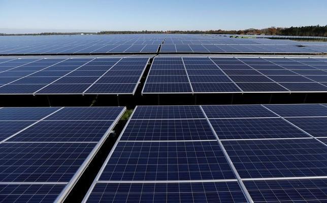 2月22日、かんぽ生命保険は、第一生命保険と共同ではじめてのプロジェクトファイナンス(事業融資)を実行したと発表した。1月に国内の太陽光発電プロジェクト2件に対して、100億円の融資を行った。写真は太陽電池パネル。フランスのセスタで2015年12月撮影(2016年 ロイター/Regis Duvignau)