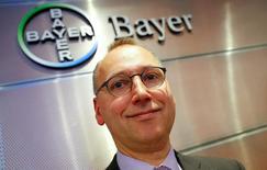 El CEO de Bayer, Werner Baumann, posa frente al logo de la farmacéutica después de la conferencia de prensa sobre resultados anuales de la compañía, en Leverkusen, Alemania. 22 de febrero 2017. La farmacéutica alemana Bayer dijo el miércoles que las ganancias de su división de productos para agricultura permanecerían estancadas este año, mientras se prepara para cerrar la compra del productor de semillas Monsanto por 66.000 millones de dólares.    REUTERS/Wolfgang Rattay