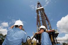 Буровая вышка компании Petroamazonas в Эквадоре. Цены на нефть снизились на торгах в среду на фоне дорожающего доллара, от дальнейшего падения котировки удерживает оптимизм ОПЕК по поводу эффективности пакта о сокращении добычи.   REUTERS/Guillermo Granja