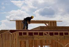 Un trabajador en las obras de construcción de una vivienda nueva en Leyden Rock, EEUU, ago 30, 2016. Las ventas de casas usadas en Estados Unidos alcanzaron un máximo de 10 años en enero, dado que los compradores pasaron por alto precios y tasas hipotecarias más elevadas, en una señal de una confianza cada vez mayor en la economía del país.    REUTERS/Rick Wilking/File Photo
