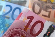 L'euro s'est retourné à la hausse sur le marché des changes mercredi après l'annonce par le centriste François Bayrou de sa décision de ne pas se présenter à l'élection présidentielle et de proposer une alliance à Emmanuel Macron. /Photo d'archives/REUTERS/Dado Ruvic