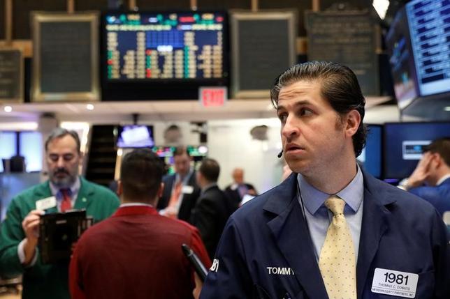 2月22日、米国株式市場はまちまち。FOMC議事要旨が早期利上げの可能性を維持する内容だったことを嫌気し、S&P総合500種指数は下落したが、ダウ工業株30種は9営業日連続で最高値を更新した。NYSEで撮影(2017年 ロイター/Brendan McDermid)
