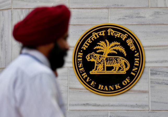 2月22日、国際通貨基金(IMF)は、インド経済に関する年次報告書を公表し、多額の不良債権を抱える同国銀行について、資本再構築コストは景気悪化シナリオの下でもインドにとって対応可能との見方を示した。写真は昨年11月インド・ムンバイのインド準備銀行で撮影(2017年 ロイター/Danish Siddiqui)