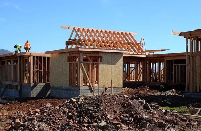 2月22日、米抵当銀行協会(MBA)が発表した週間統計(2月17日までの週)によると、債券利回りの動きを反映して住宅ローン金利が高止まりする中、住宅ローン申請に占める借り換えの比率が2008年11月以来の低水準に落ち込んだ。写真はカリフォルニア州サンディエゴで建築中の家。15日撮影(2017年 ロイター/Mike Blake)